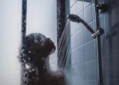 COVID-19 : le masque bientôt obligatoire sous la douche